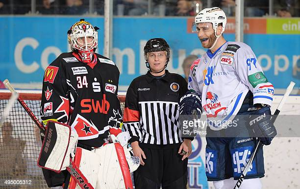 Jonas Langmann of the Fischtown Pinguins referee Nicole Hertrich and Carsten Gosdeck of the Heilbronner Falken during the game between the Pinguins...