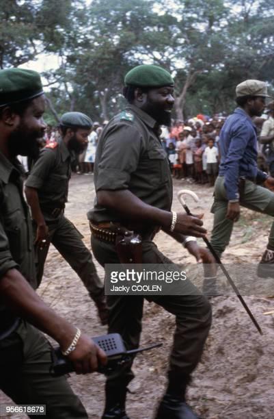 Jonas Savimbi entouré de miliciens de l'UNITA en février 1985 en Angola
