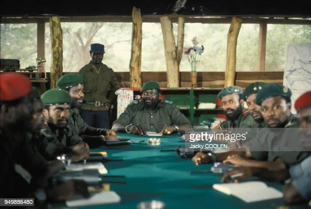 Jonas Savimbi fondateur et dirigeant du mouvement politique et militaire angolais l'UNITA lors d'une réunion avec ses officiers en février 1985 en...
