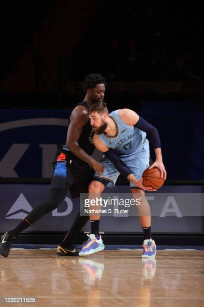 Jonas Valanciunas of the Memphis Grizzlies dribbles as Julius Randle of the New York Knicks plays defense during the game on April 9, 2021 at Madison...