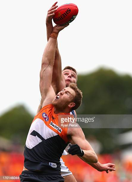 Jonathan Giles of the Giants competes for the ball against Nathan Vardy of the Cats during the round 11 AFL match between the Greater Western Sydney...