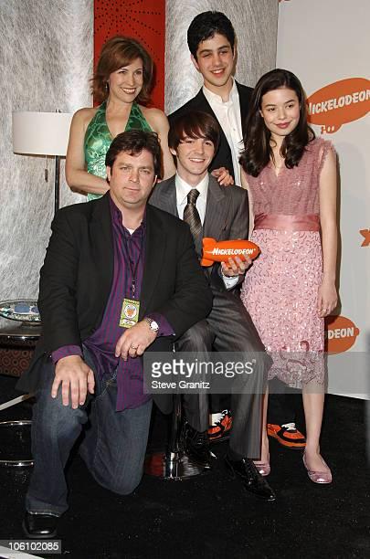Jonathan Goldstein Nancy Sullivan Drake Bell Josh Peck and Miranda Cosgrove winners of Favorite Television Show for 'Drake Josh'
