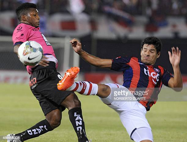 Jonathan Gonzalez of Ecuador's Independiente del Valle vies for the ball with Cesar Benitez of Paraguay's Cerro Porteno during their Copa...