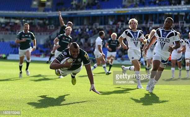 Jonathan Joseph of London Irish dives to score a try during the Aviva Premiership match between London Irish and Bath Rugby at Madejski Stadium on...