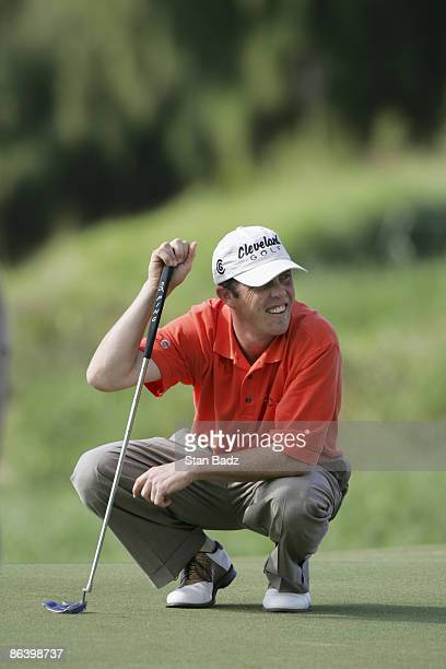 Jonathan Kaye line's up his putt during the first round January 6 of the 2005 Mercedes Championship held at the Plantation course at Kapalua Maui Hi