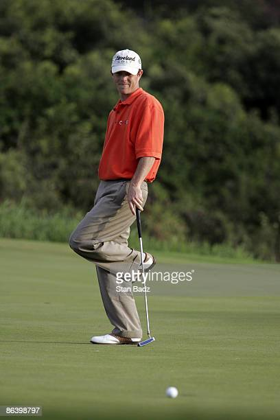 Jonathan Kaye misses his putt at 18 during the first round January 6 of the 2005 Mercedes Championship held at the Plantation course at Kapalua Maui...
