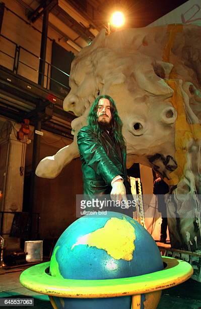 Jonathan Meese Berlin Staatsoper unter den Linden Der Künstler Maler Skulpturist bei der Vorstellung seines Bühnenbildes für Parsival Jonathan Meese...