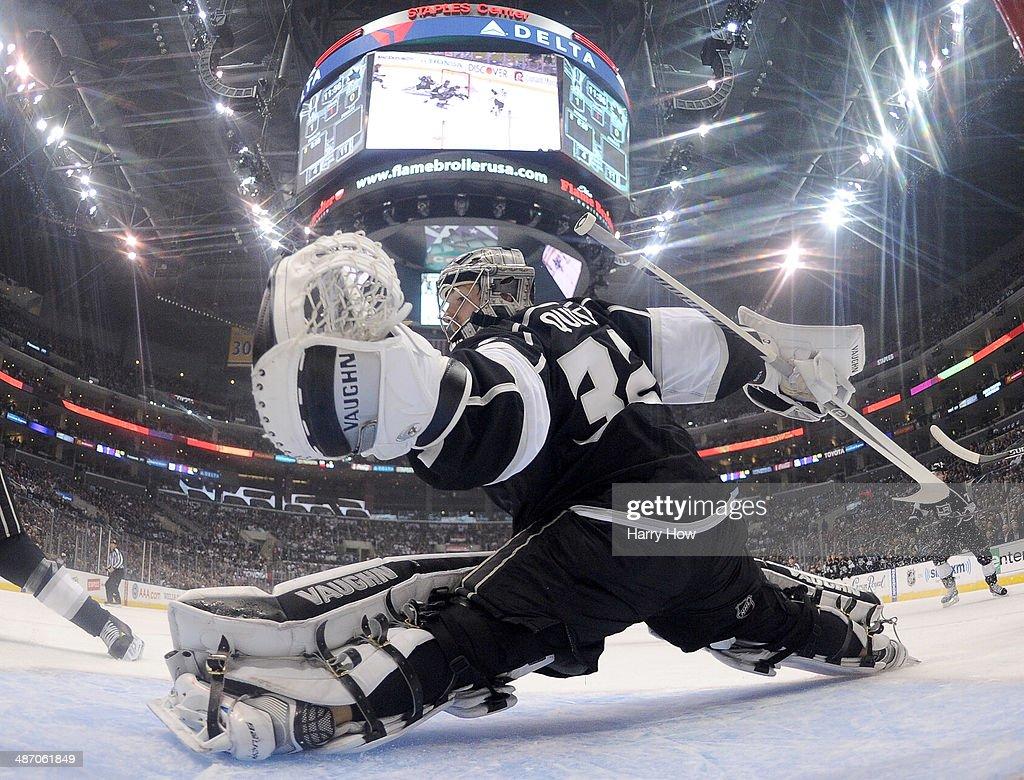 San Jose Sharks v Los Angeles Kings - Game Four : News Photo
