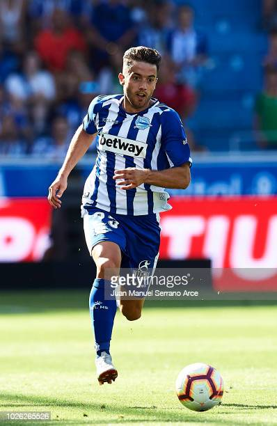 Jonathan Rodriguez of Deportivo Alaves controls the ball during the La Liga match between Deportivo Alaves and RCD Espanyol at Estadio de...