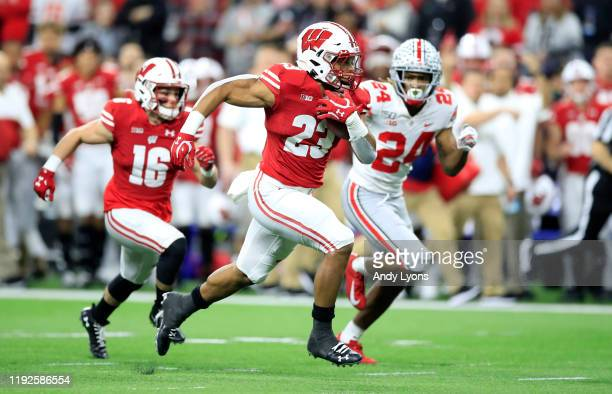 Jonathan Taylor of the Wisconsin Badgers runs for a touchdown against the Ohio State Buckeyes during BIG Ten Football Championship Game2 at Lucas Oil...