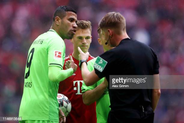 Jonathas de Jesus of Hannover 96 confronts referee Christian Dingert after he is awarded a second yellow and therefore a red card during the...