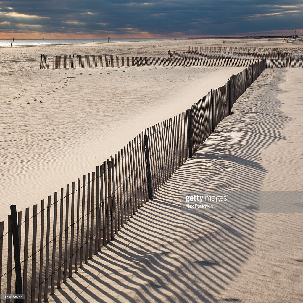 jones beach en automne ombres des cl tures sur du sable photo getty images. Black Bedroom Furniture Sets. Home Design Ideas