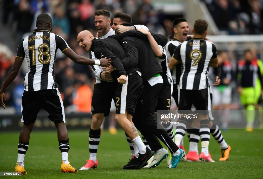 Jonjo Shelvey and team mates of Newcastle celebrate after hearing the score from the Brighton game means that they win the the Sky Bet Championship title after the match between Newcastle United and Barnsley at St James' Park on May 7, 2017 in Newcastle upon Tyne, England.