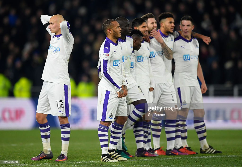 Jonjo Shelvey of Newcastle United (12) and team mates look dejected during the penalty shoot out during the EFL Cup Quarter-Final match between Hull City and Newcastle United at KCOM Stadium on November 29, 2016 in Hull, England.