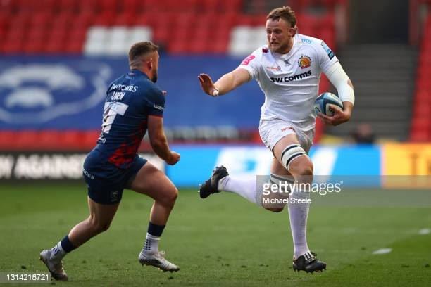 Jonny Hill of Exeter holds off Andy Uren of Bristol during the Gallagher Premiership Rugby match between Bristol and Exeter Chiefs at Ashton Gate on...