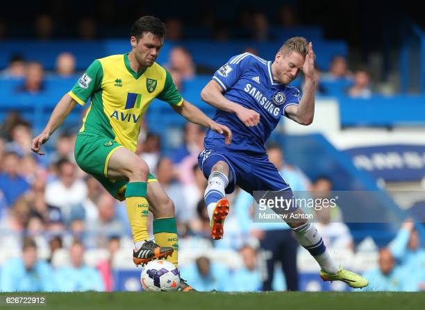 Jonny Howson of Norwich City and Andre Schurrle of Chelsea