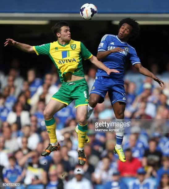 Jonny Howson of Norwich City and Willian of Chelsea