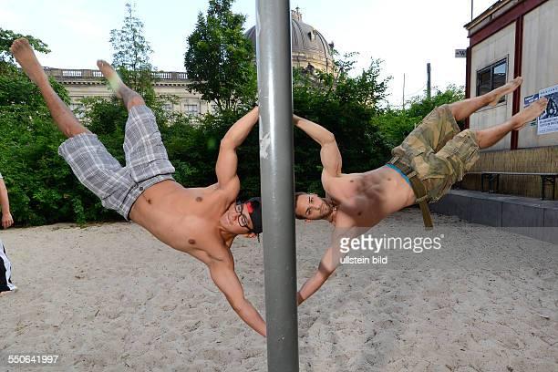 Jonny und Mike von der Sportgruppe Barserker präsentieren eine Übung auf einem Spielplatz im Monbijoupark in Berlin Die Barserker verabreden sich...