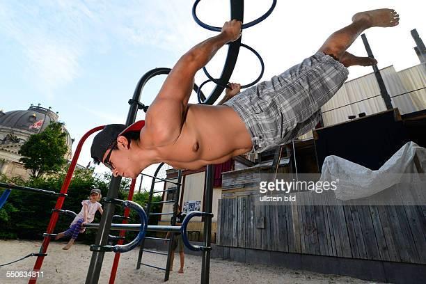 Jonny von der Sportgruppe Barserker präsentiert eine Übung auf einem Spielplatz im Monbijoupark in Berlin Die Barserker verabreden sich über das...
