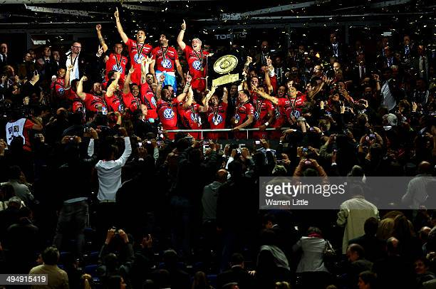 Jonny Wilkinson Captain of Toulon raises the trophy after Toulon wins the Top 14 Final between Toulon and Castres Olympique at Stade de France on May...