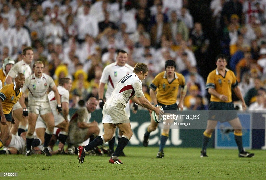 Jonny Wilkinson of England kicks the winning drop goal : News Photo