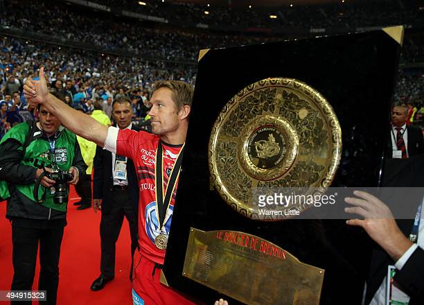Jonny Wilkinson of Toulon celebrates with the trophy after winning the Top 14 Final between Toulon and Castres Olympique at Stade de France on May 31...