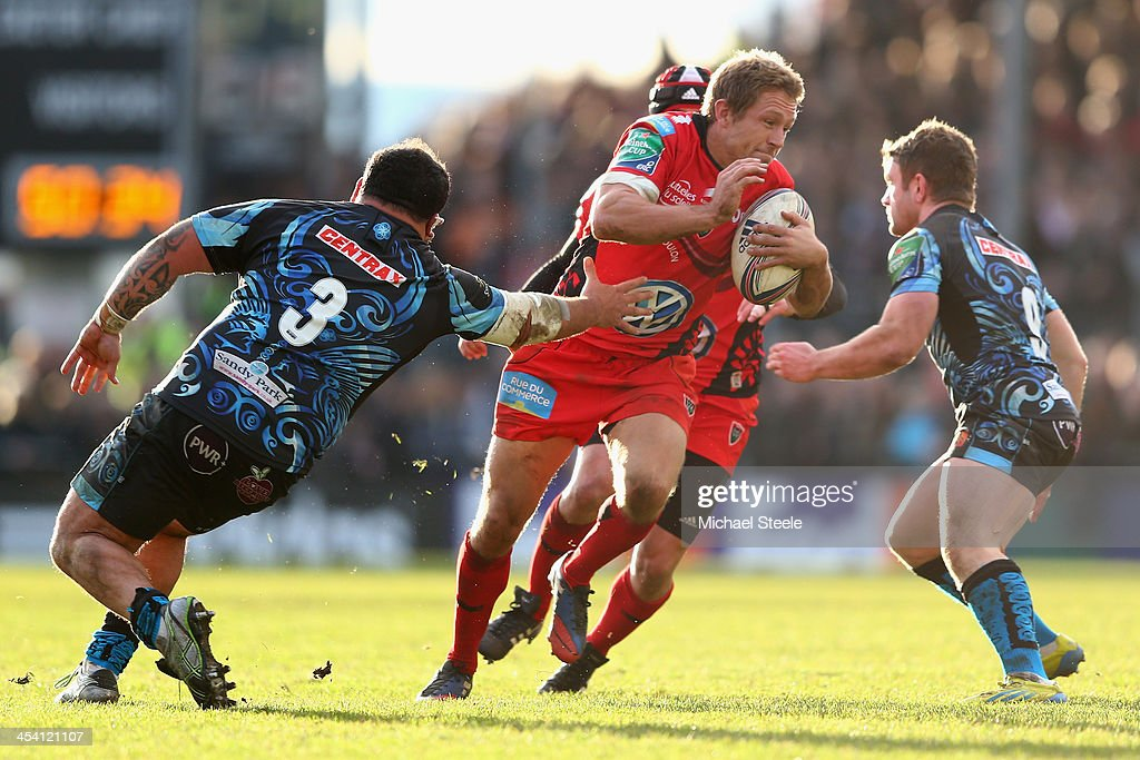 Jonny Wilkinson (C) of Toulon cuts between Dave Lewis (R) and Hoani Tui (L) of Exeter Chiefs during the Heineken Cup Pool Two match between Exeter Chiefs and Toulon at Sandy Park on December 7, 2013 in Exeter, England.