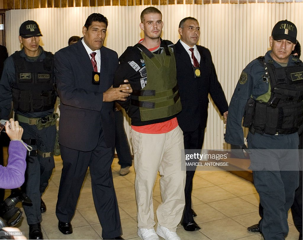 Joran Andreas Petrus van der Sloot (C), is escorted by Peruvian police as he arrive to the DIRINCRI (Criminal Investigation Direction) offices in Lima on June 5, 2010. Peruvian police had been searching for van der Sloot - the main suspect in the killing of Stephany Flores Ramirez, 21, the daughter of Peruvian businessman and race car driver Ricardo Flores Chipoco - who was stopped in a taxi in Chile after entering the country from Peru last May 31. AFP PHOTO/ANP/MARCEL ANTONISSE netherlands out - belgium out