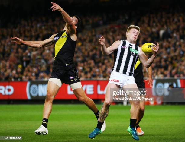 Jordan de Goey of the Magpies marks the ball against one handed against Alex Rance of the Tigers during the AFL Preliminary Final match between the...
