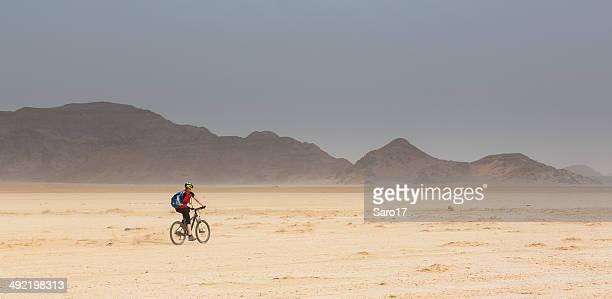 jordan wüste einsamkeit - frau beine breit stock-fotos und bilder