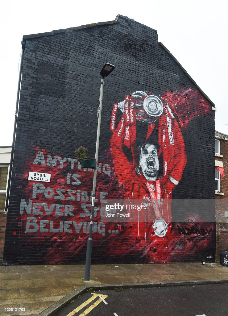 Jordan Henderson Visits a Mural Of Himself in Anfield : ニュース写真