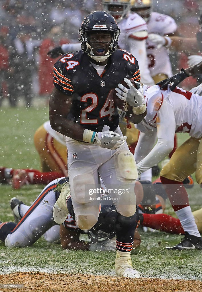Jordan Howard #24 of the Chicago Bears runs for a touchdown against the San Francisco 49ers at Soldier Field on December 4, 2016 in Chicago, Illinois. The Bears defeated the 49ers 26-6.