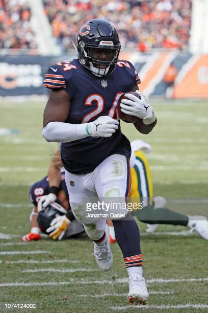 Jordan Howard of the Chicago Bears runs the football toward the endzone for a touchdown in the first quarter against the Green Bay Packers at Soldier...