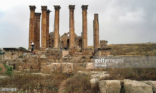 jordan - jerash, columns and ancient ruins - roman decapolis city stock pictures, royalty-free photos & images