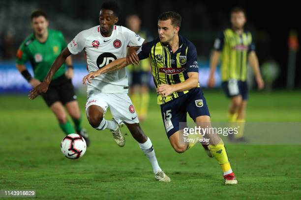 Jordan Murray of the Central Coast the Mariners contests the ball with Bruce Kamau of the Western Sydney Wanderers during the round 26 ALeague match...