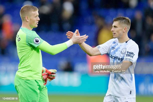 Jordan Pickford and Jonjoe Kenny of Everton clasp hands after the Premier League match between Leicester City and Everton at the King Power Stadium...