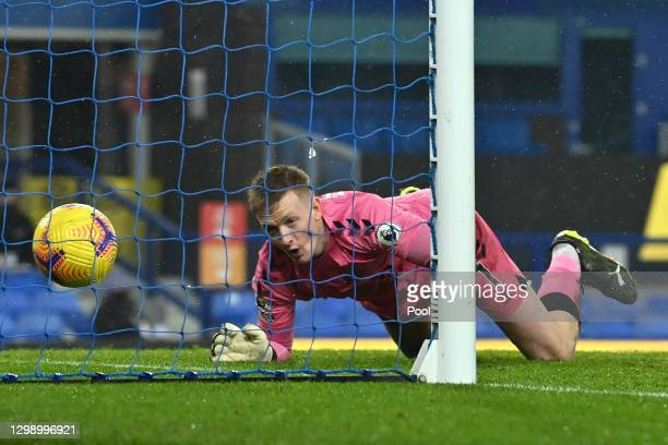 Jordan Pickford of Everton reacts as Youri Tielemans of Leicester City scores their side's first goal during the Premier League match between Everton...