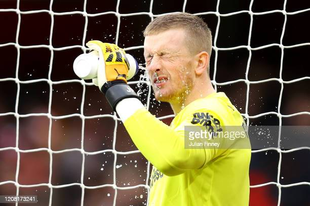 Jordan Pickford of Everton squirts water on his face prior to the Premier League match between Arsenal FC and Everton FC at Emirates Stadium on...