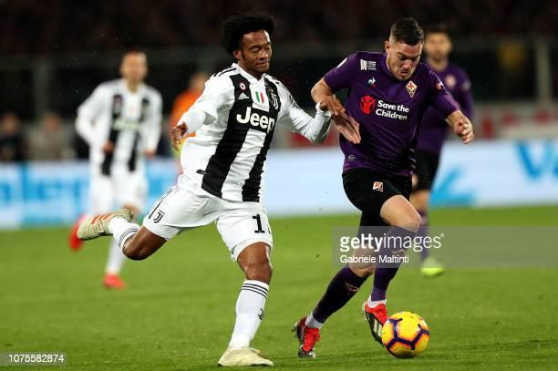 Jordan Veretout of ACF Fiorentina battles for the ball with Juan Cuadrado of Juventus during the Serie A match between ACF Fiorentina and Juventus at...