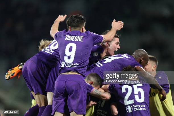 Jordan Veretout of ACF Fiorentina celebrates after scoring the third goal during the serie A match between ACF Fiorentina and SS Lazio at Stadio...
