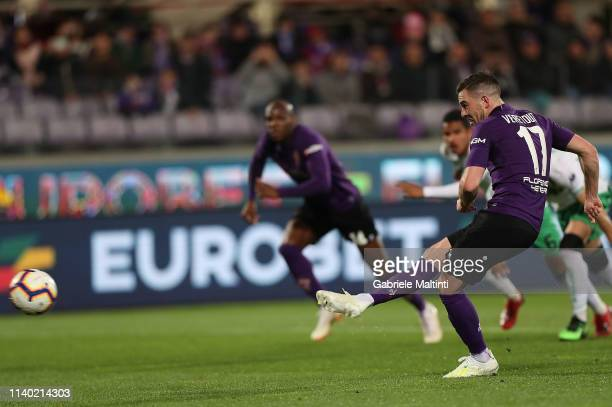 Jordan Veretout of ACF Fiorentina misses a penalty during the Serie A match between ACF Fiorentina and US Sassuolo at Stadio Artemio Franchi on April...