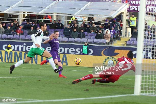 Jordan Veretout of ACF Fiorentina scores a goal during the Serie A match between ACF Fiorentina and US Sassuolo at Stadio Artemio Franchi on December...
