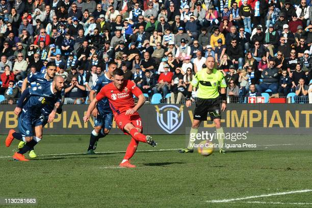 Jordan Veretout of ACF Fiorentina scores his team's second goal from the penalty spot during the Serie A match between SPAL and ACF Fiorentina at...