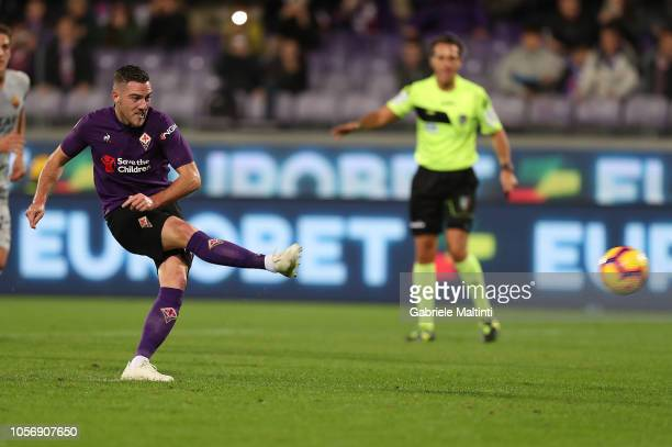 Jordan Veretout of ACF Fiorentina scores the opening goal during the Serie A match between ACF Fiorentina and AS Roma at Stadio Artemio Franchi on...