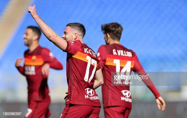 Jordan Veretout of Roma celebrates after scoring their team's first goal during the Serie A match between AS Roma and Udinese Calcio at Stadio...
