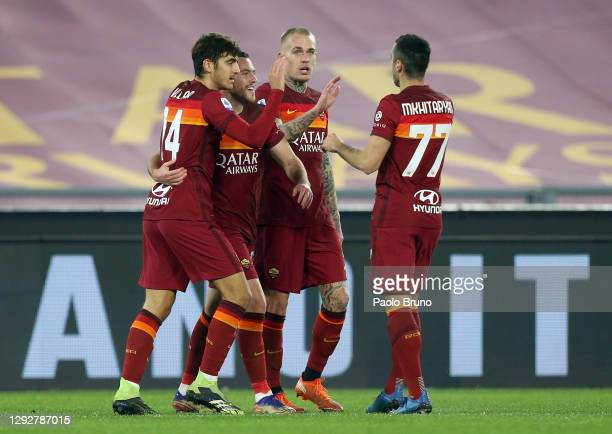 Jordan Veretout of Roma celebrates with Gonzalo Villar, Henrikh Mkhitaryan and team mates after scoring their sides first goal during the Serie A...