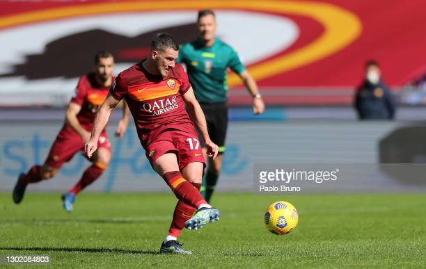 Jordan Veretout of Roma scores their team's second goal from the penalty spot during the Serie A match between AS Roma and Udinese Calcio at Stadio...