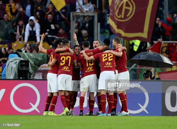 Jordan Veretout with his teammates of AS Roma celebrates after scoring the team's second goal from penalty spot during the Serie A match between AS...
