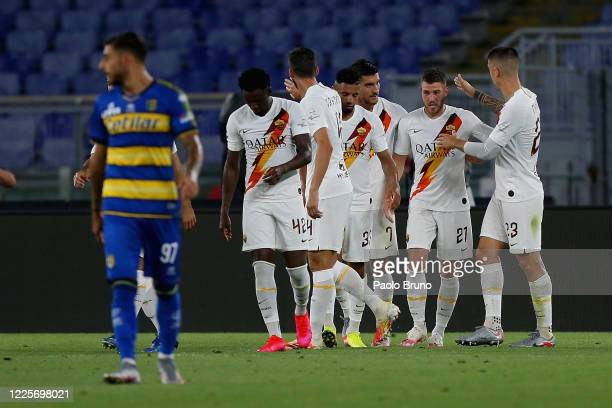 Jordan Veretout with his teammates of AS Roma celebrates after scoring the team's second goal during the Serie A match between AS Roma and Parma...