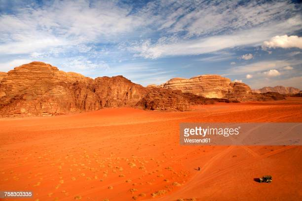 jordan, wadi rum, man walking through desert - paisajes de jordania fotografías e imágenes de stock